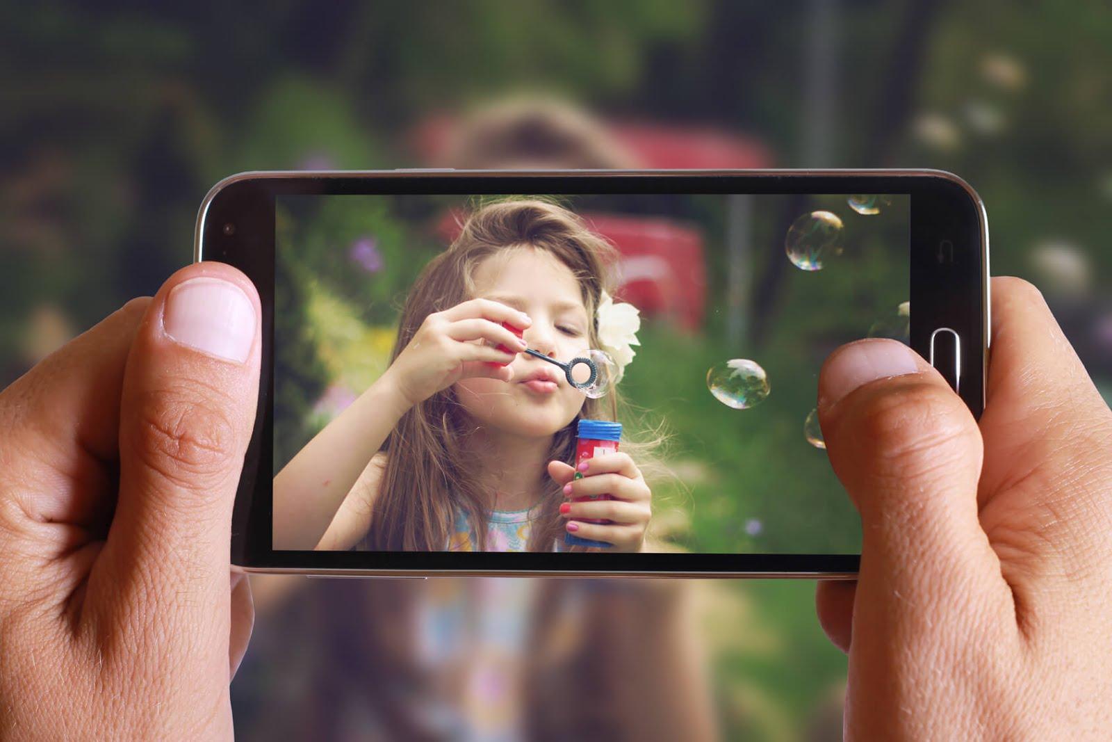 чувак с кучей фотоаппаратов фоткает на мобилу - 8